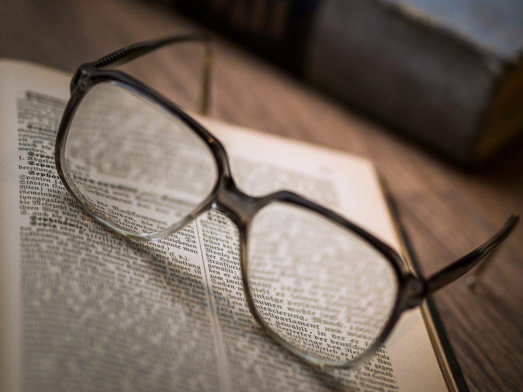 Okulary stosowane przy wadzie wzroku na książce