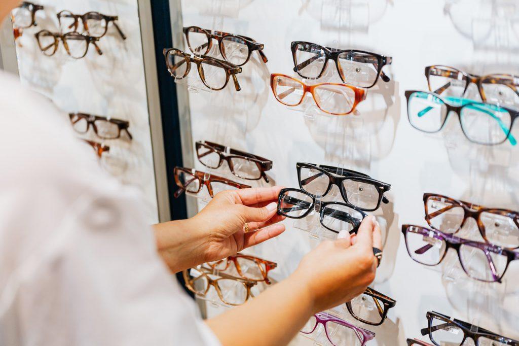 Wybór odpowiednich okularów przez specjalistę